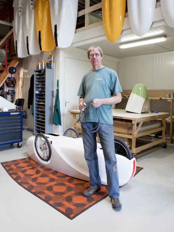 Ligfietsfabriek Sinner Bikes ontstond nadat eigenaar Jan de Vries door een hernia zijn racefiets moest laten staan. Je trapt vanuit je rug maar dat geeft geen klachten.